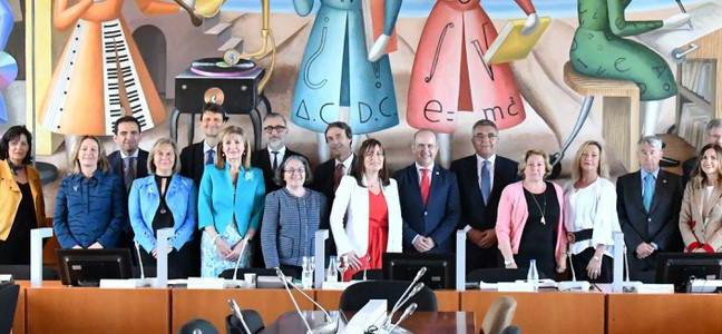 El Consejo Social de la UNED, tras la incorporación de sus nuevos miembros, en la Sala Andrés Bello de la ETSI Informática de la UNED