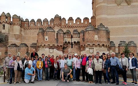 Visita guiada a las localidades de Coca (Segovia) y Arévalo (Ávila). Estudiantes y profesores de UNED Senior del Aula de Torrijos. UNED Talavera de la Reina